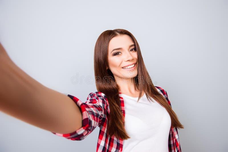 Selfie-Manie! Attraktive junge Brunettedame macht ein selfie stockbild