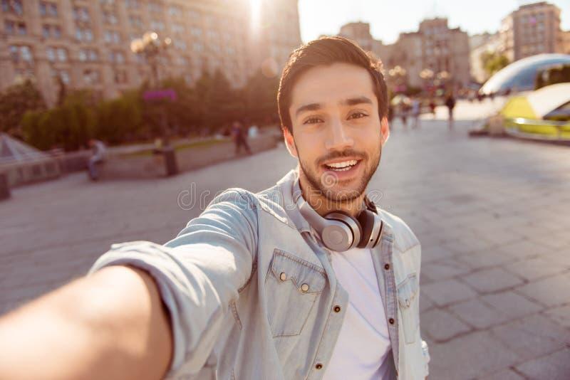 Selfie-Manie! Aufgeregter junger Kerl macht selfie auf einer Kamera Er lizenzfreie stockfotografie