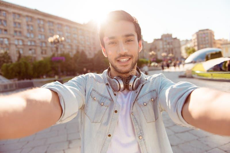 Selfie-Manie! Aufgeregter junger Kerl macht selfie auf einer Kamera Er lizenzfreies stockfoto