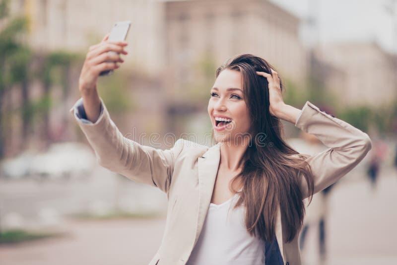 Selfie-Manie! Aufgeregtes junges Mädchen macht selfie auf einer Kamera S stockfotos