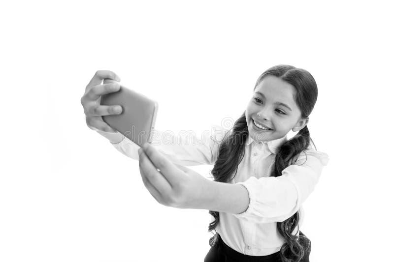 Selfie-Manie Perfektes selfie kleines Mädchen macht selfie auf Smartphone selfie Manie und weblog des kleinen Mädchens stütze lizenzfreie stockfotos