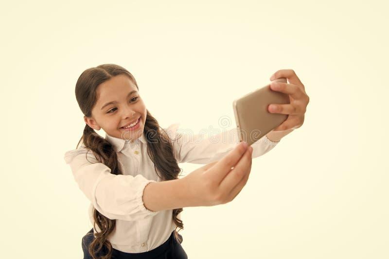 Selfie-Manie Perfektes selfie kleines Mädchen macht selfie auf Smartphone selfie Manie und weblog des kleinen Mädchens stütze stockfotografie