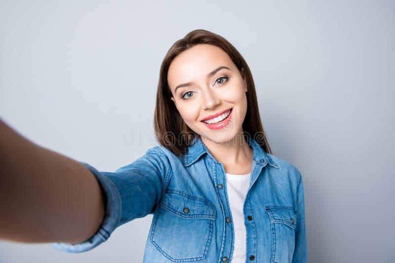 Selfie-Manie Schließen Sie oben vom überzeugten Brunettemädchen mit dem Strahlen stockfoto