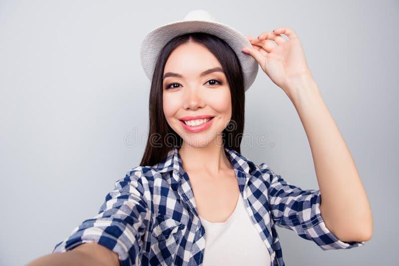 Selfie-Manie Schließen Sie oben vom überzeugten Brunettestudenten mit beami lizenzfreies stockfoto
