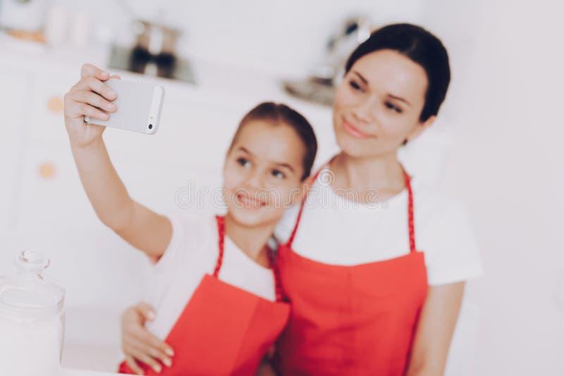 Selfie med den härliga mamman och den härliga flickan royaltyfria bilder