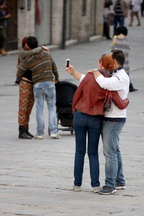 Selfie med förälskelse Krama för par arkivfoto