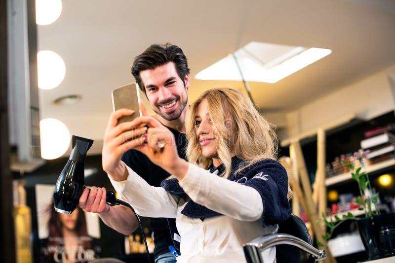 Selfie med frisören royaltyfria bilder