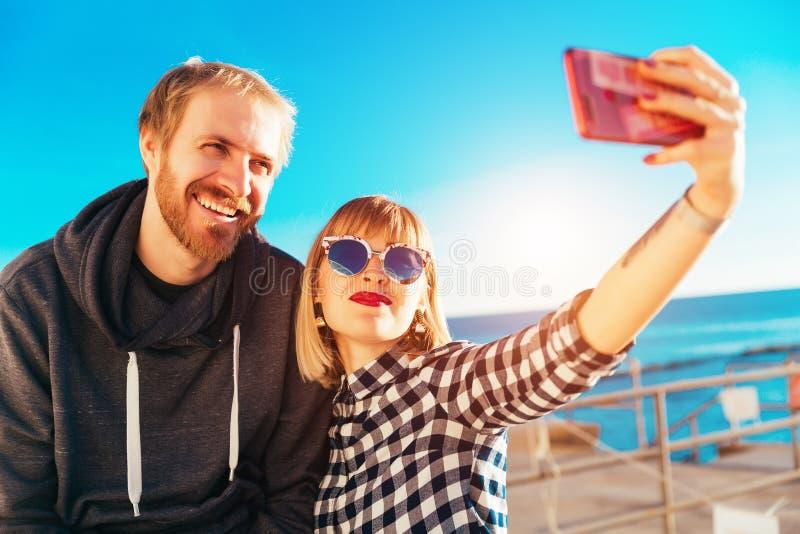 Selfie met Gelukkige Vrienden Broer en zusterlevensstijl op zee Mooie zonnige dag Blauwe hemelzomer De zomer stock afbeeldingen