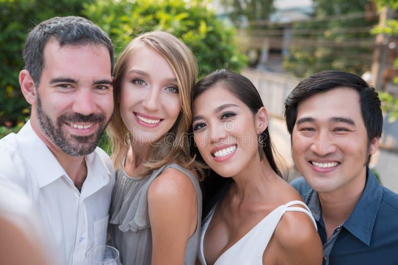 Selfie mit Freunden lizenzfreie stockfotografie