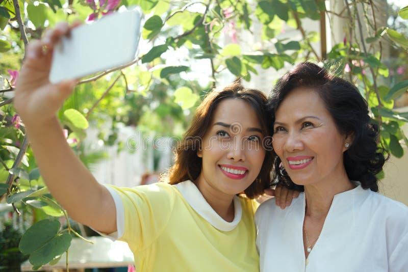 Selfie mit Mutter lizenzfreie stockbilder