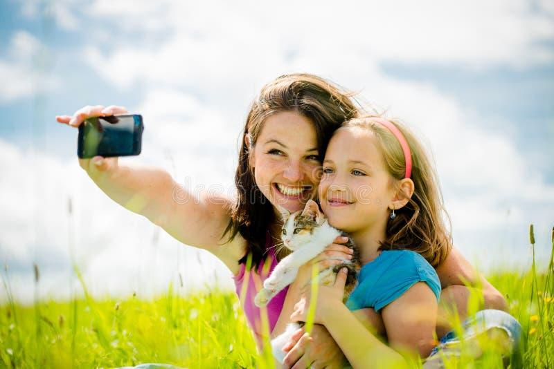Selfie - moder, barn och kattunge arkivfoton