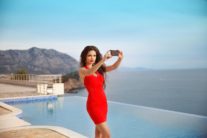 Selfie, muchacha hermosa tomada imágenes de su uno mismo por el interruptor del infinito imagen de archivo