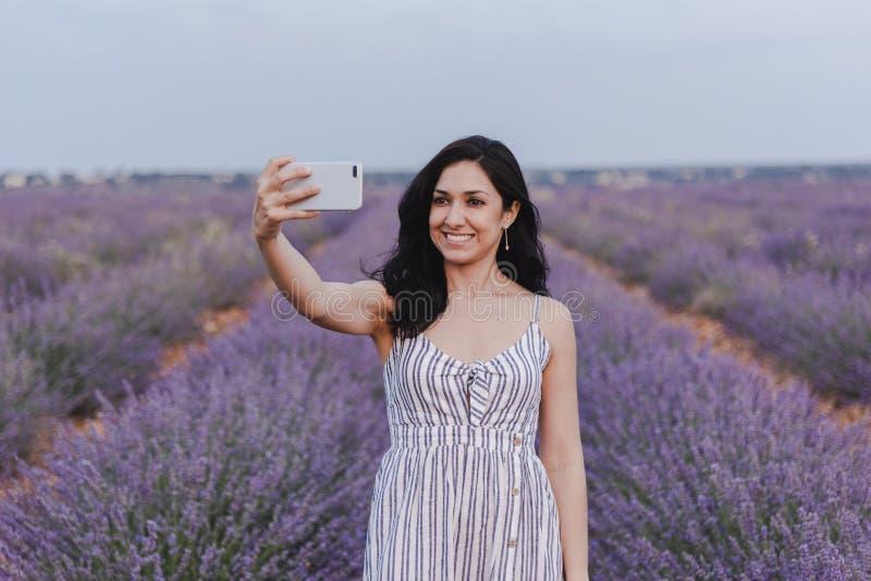 Selfie Nehmen der jungen Frau auf den Lavendelgebieten stockfotografie