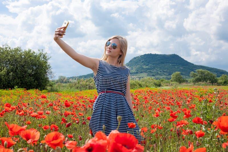 Selfie no campo da papoila fotos de stock