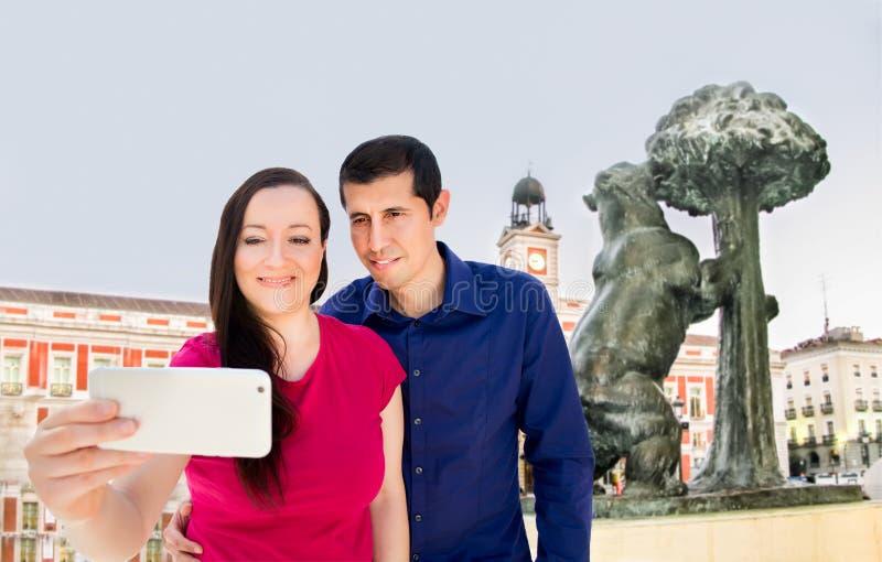 Selfie no Madri da porta de Sun fotos de stock royalty free