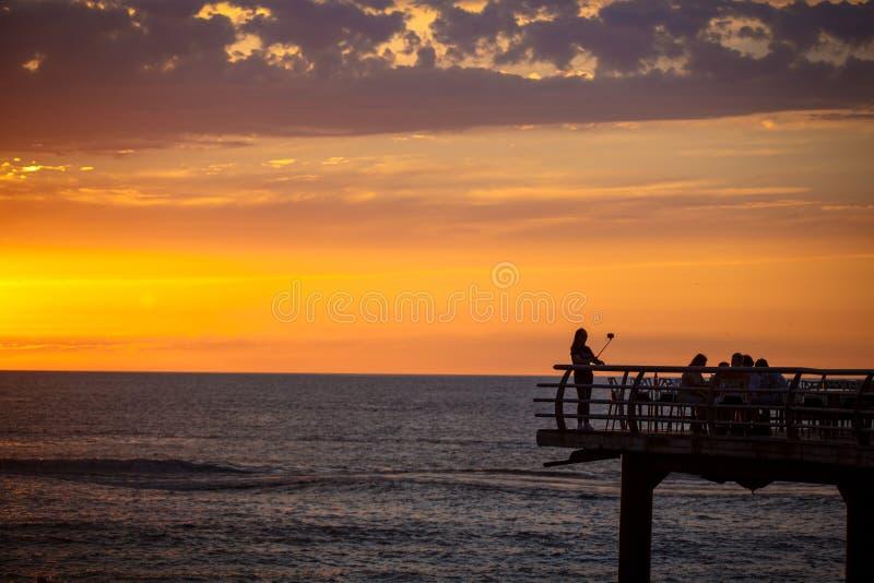 Selfie no por do sol no terraço do passeio acima do mar foto de stock royalty free