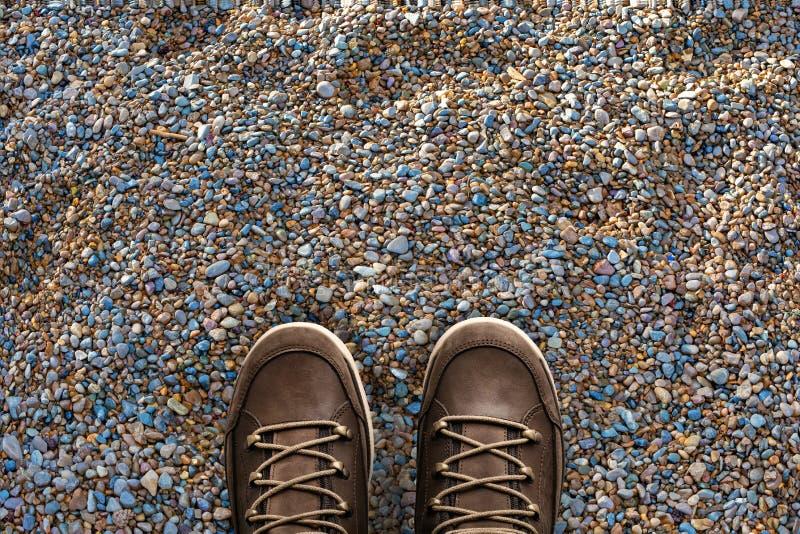 Selfie, pés em botas na praia de seixo imagem de stock royalty free