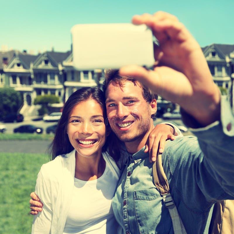 Selfie - par som tar fotoet i San Francisco arkivbilder