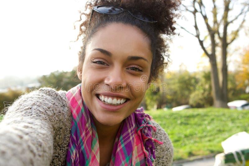 Selfie-Porträt einer lächelnden jungen Frau lizenzfreie stockbilder