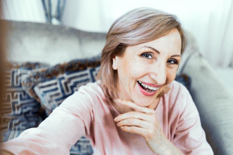 Selfie powabna i uśmiechnięta dojrzała kobieta zdjęcia stock