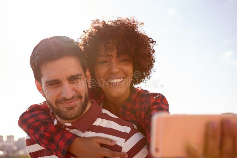 Selfie que toma pares millenial novos de sorriso imagem de stock