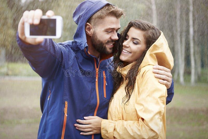 Selfie in regenachtige dag royalty-vrije stock afbeeldingen