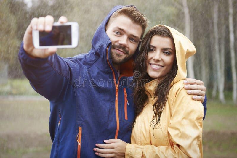 Selfie am regnerischen Tag stockbild