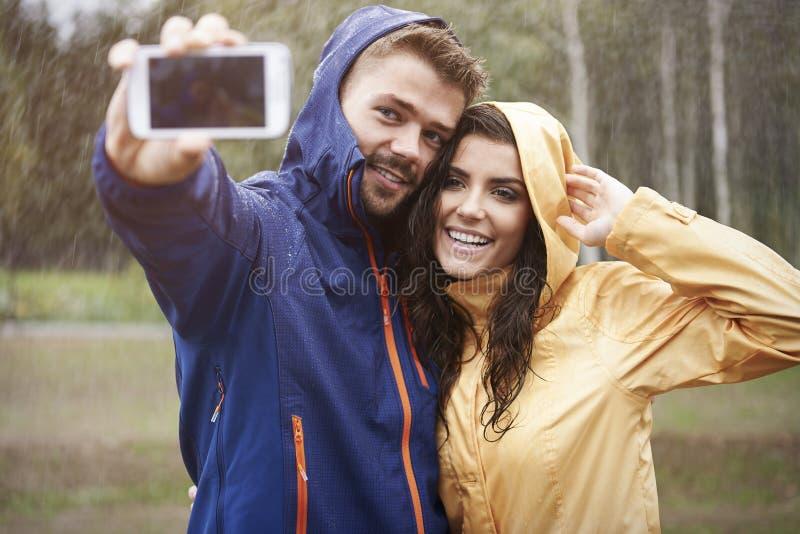 Selfie am regnerischen Tag stockbilder