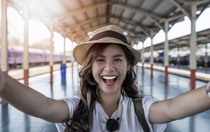 Selfie-retrato del primer de la muchacha atractiva con el soporte largo del pelo imagenes de archivo