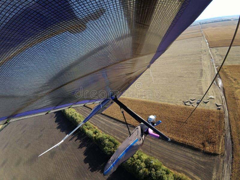 Selfie schoss vom tapferen extremen Hängegleiterpilotfliegen über aut lizenzfreie stockfotografie