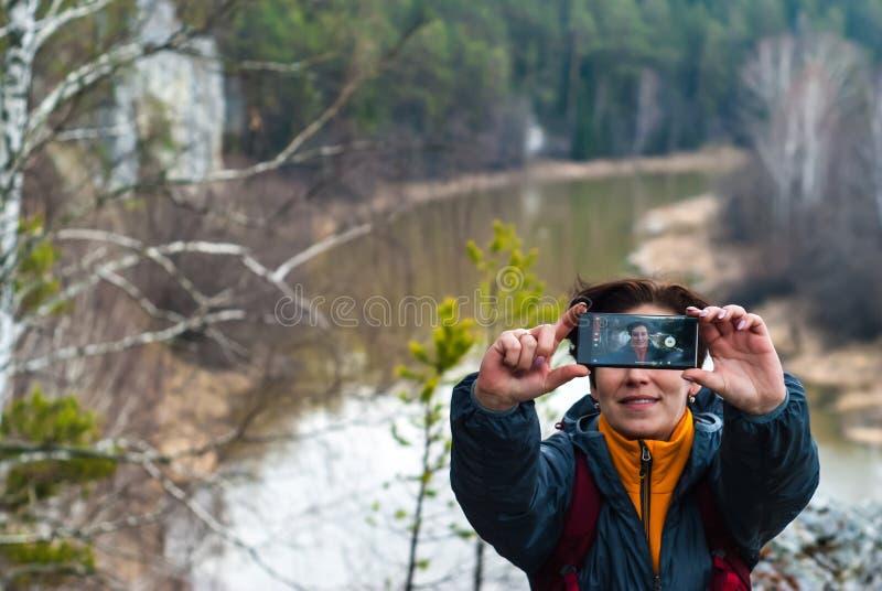 Selfie sobre um penhasco acima do rio da mola fotos de stock