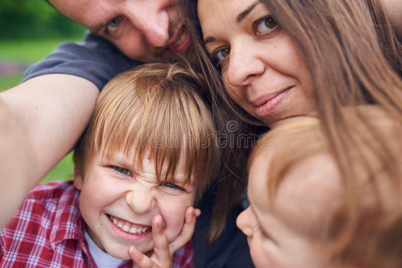 Selfie stående av lyckligt le för familj som är utomhus- royaltyfri fotografi