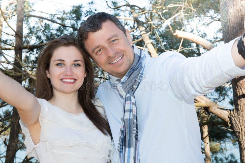 Selfie Szczęśliwa para w miłości bierze autoportret zdjęcia stock