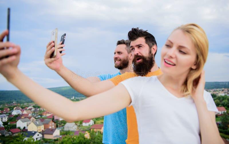 Selfie Tid Liv direktanslutet Folk som tar selfie eller strömmar videoen Sociala nätverk för mobil internet Mobilt beroende arkivfoton