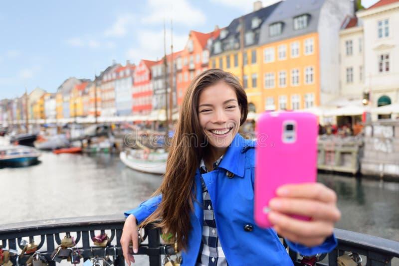 Selfie turístico - mujer asiática en Copenhague Nyhavn imagen de archivo