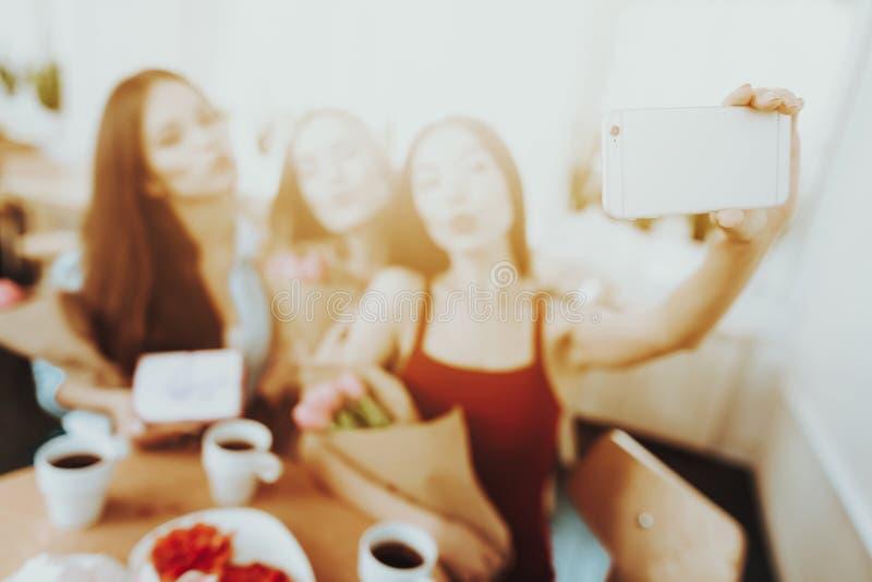 Selfie und Tag am 8. März feiern Schönes Mädchen und Frauen trinken Tee alles Freund-Glück an diesem Tag Geschenk für alle Frauen lizenzfreie stockfotografie