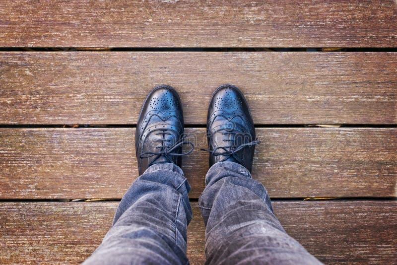 Selfie van voet en benen met zwarte die derbyschoenen hierboven worden gezien van royalty-vrije stock fotografie