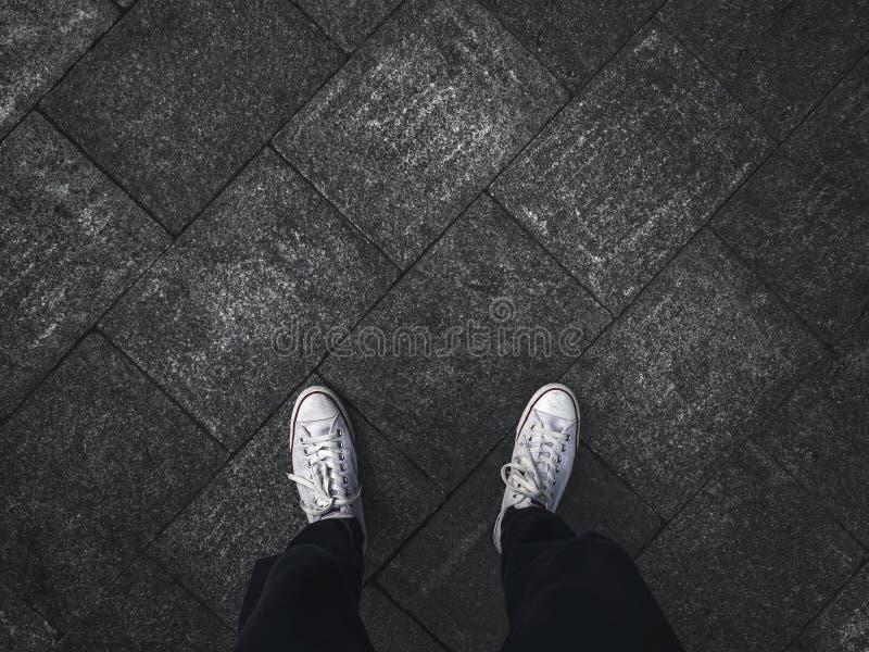Selfie van voeten in tennisschoenschoenen stock afbeeldingen