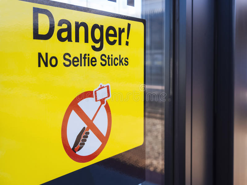 Selfie verboden Signage waarschuwing op Openbaar vervoergebied stock foto's