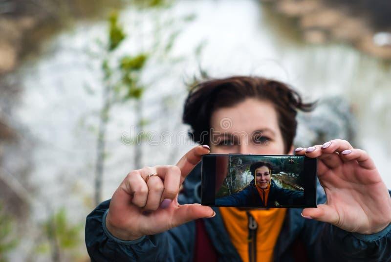 Selfie ?verst av en klippa ovanf?r v?rfloden royaltyfria foton