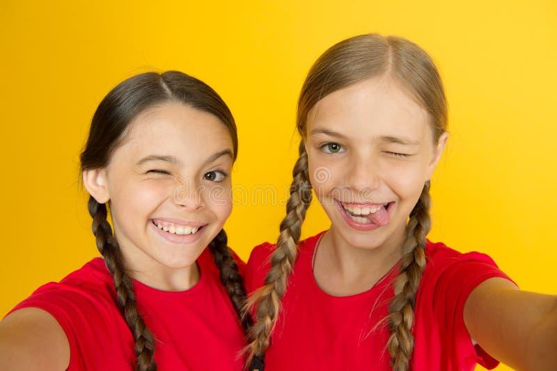 Selfie voor sociale netwerken of blog Bloggings moderne tendens Persoonlijke blog Het vangen van ogenblikken Kindmeisjes die foto royalty-vrije stock foto