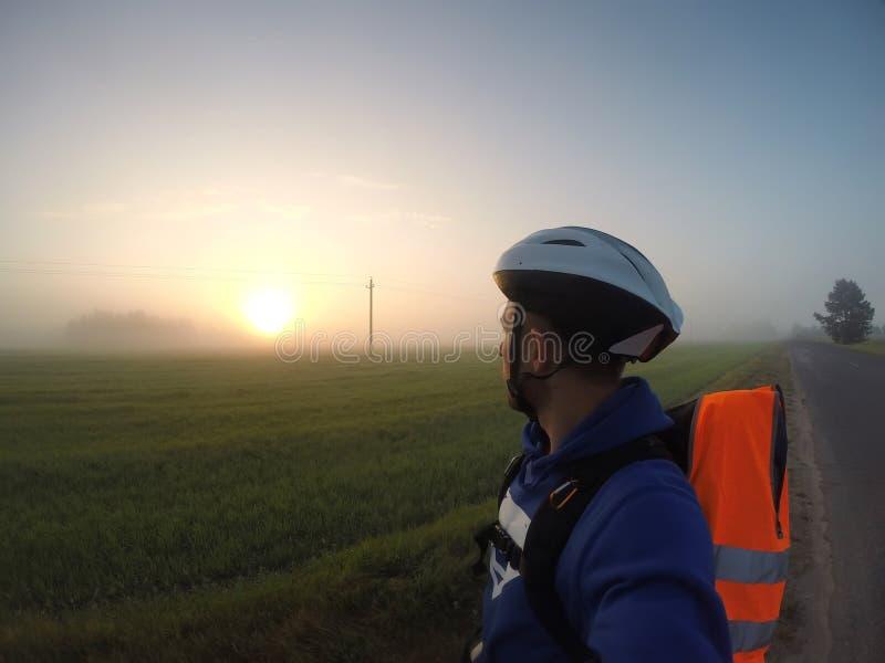 Selfie w mgle, podróżnik entuzjasta, zdjęcia stock