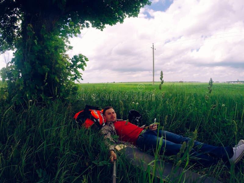 Selfie w naturze Kłamający w trawie, zdjęcie royalty free