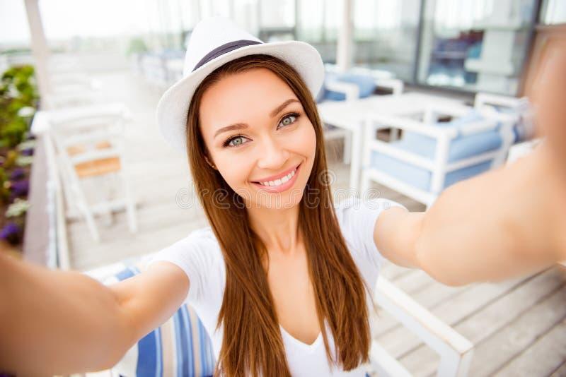 Selfie-Zeit Nettes junges Mädchen mit strahlendem Lächeln macht selfie lizenzfreies stockfoto