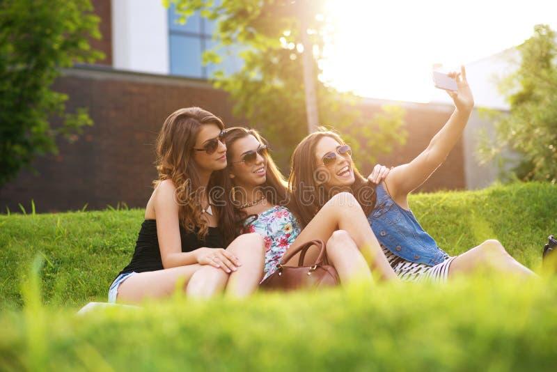 Selfiefoto mooie vrouw 3 die van het aardige weer op het gras genieten royalty-vrije stock foto's