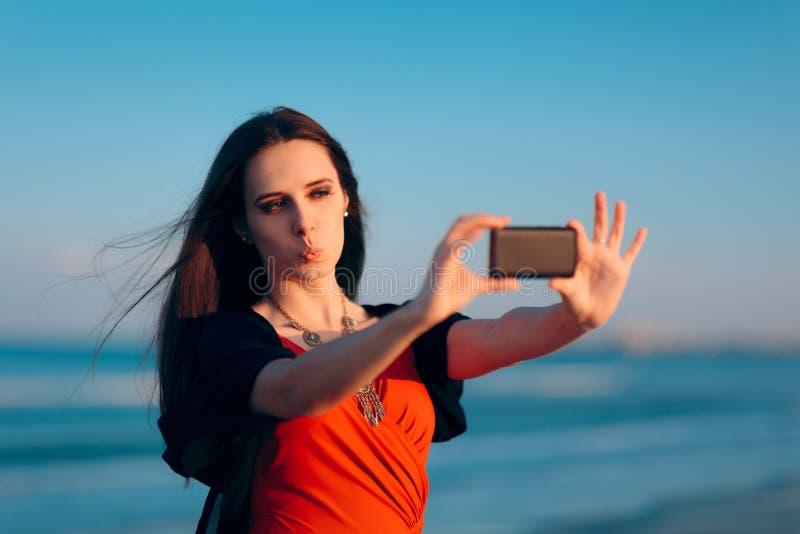 Selfies de prise de touristes femelle au coucher du soleil par la mer photos libres de droits