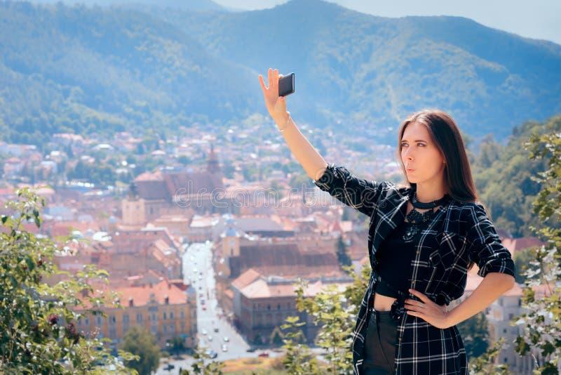 Selfies de prise de touristes femelle devant la belle vue panoramique photo stock