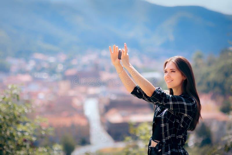 Selfies de prise de touristes femelle devant la belle vue panoramique images stock