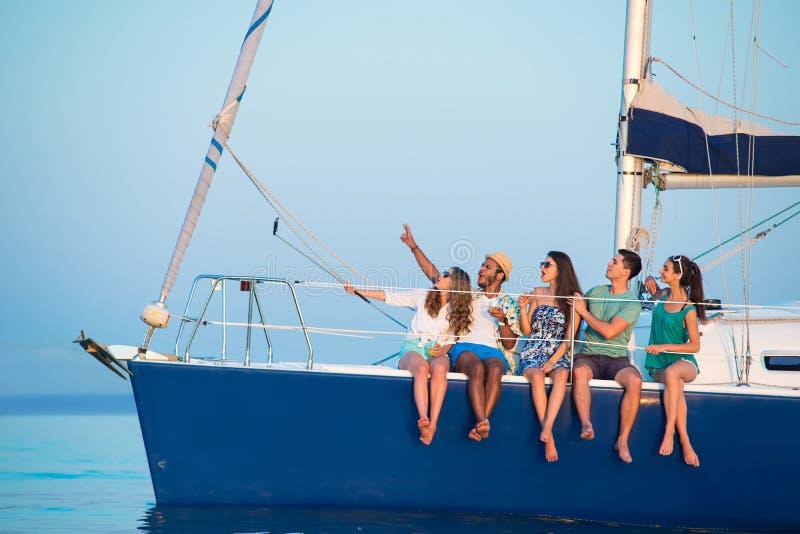 Selfies della presa della gente sull'yacht immagini stock