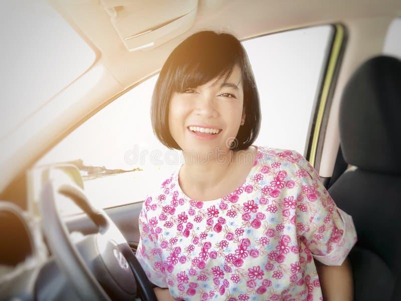 Selfies du sourire de fille ou de la femme asiatique souriant dans la voiture et regardant la cam?ra images libres de droits